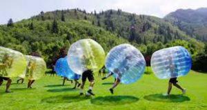 despedida de chicos jugando a fútbol burbuja en pamplona