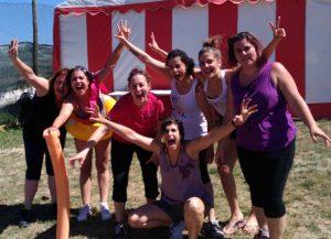 chicas de despedida de soltera en Pamplona haciendo una gymkana urbana